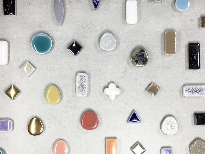 様々な釉薬によって生まれる、程よい光沢と深みのある色合い。